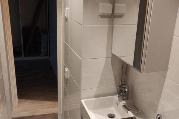Kuva kylpyhuoneesta käytävään - Exto Rakennuspalvelut Oy
