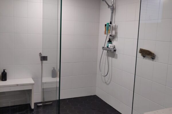 kylpyhuone saunasta katsottuna